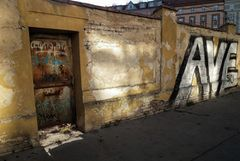 PRAG AVE an der Mauer