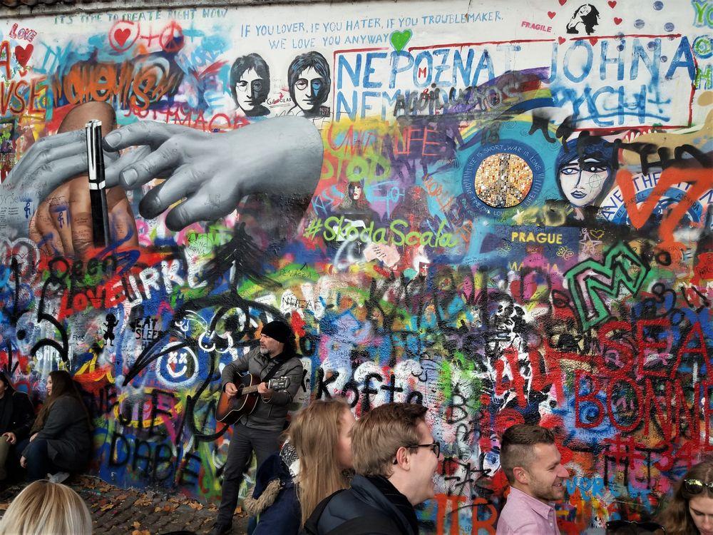 PRAG MAUER Lennon SELFIES J5-Nov18 Text +5Fotos