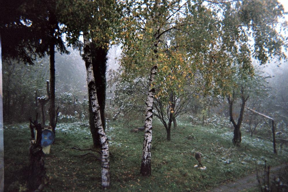 Première neige dans un jardin bulgare