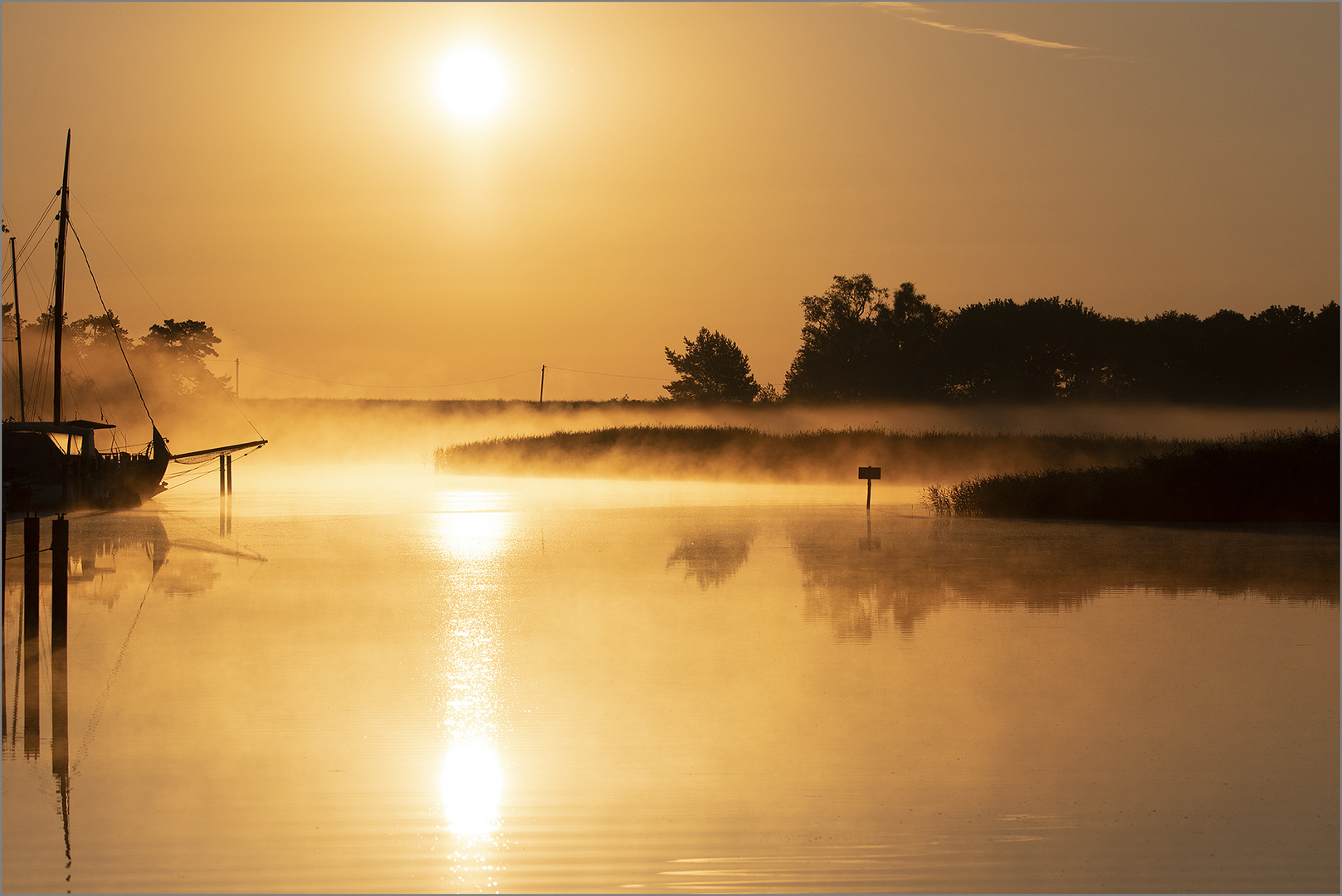 Prerow-Strom im morgentlichen Nebel