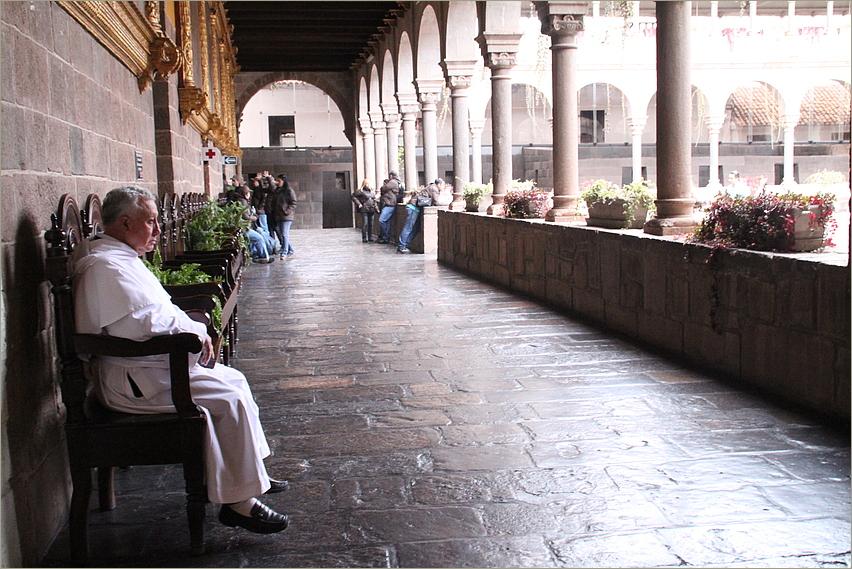 Priester in Kreuzgang ... in Peru