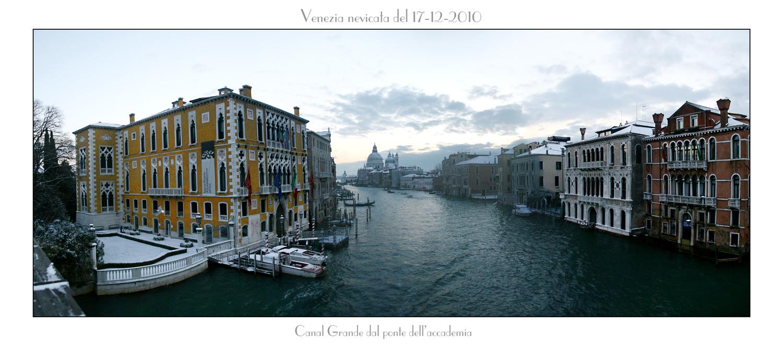 prima nevicata a Venezia vista dal ponte dell'accademia