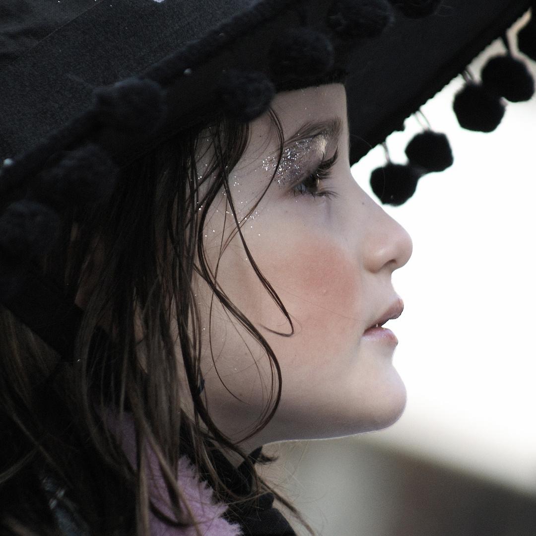 Profilo di bimba al carnevale