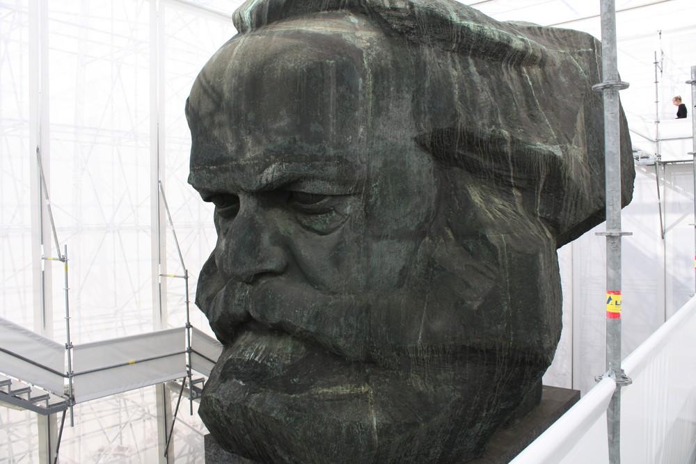 Proletarier aller Länder vereinigt euch..Karl-Marx Monument in Chemnitz - verhüllt