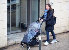 Promenade en bleu avec bébé