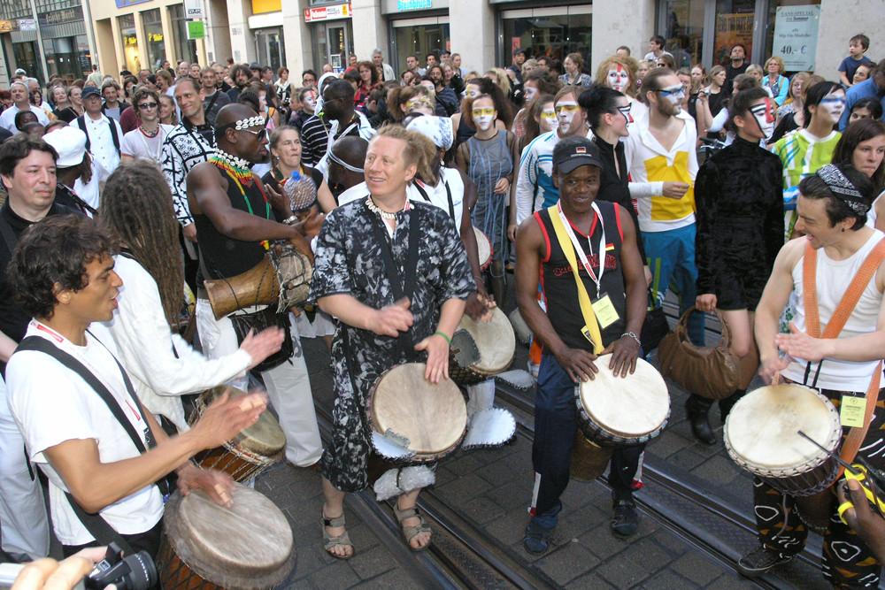 Prozessionszug zum Marktplatz zur Eröffnung  Theater der Welt Halle 2008