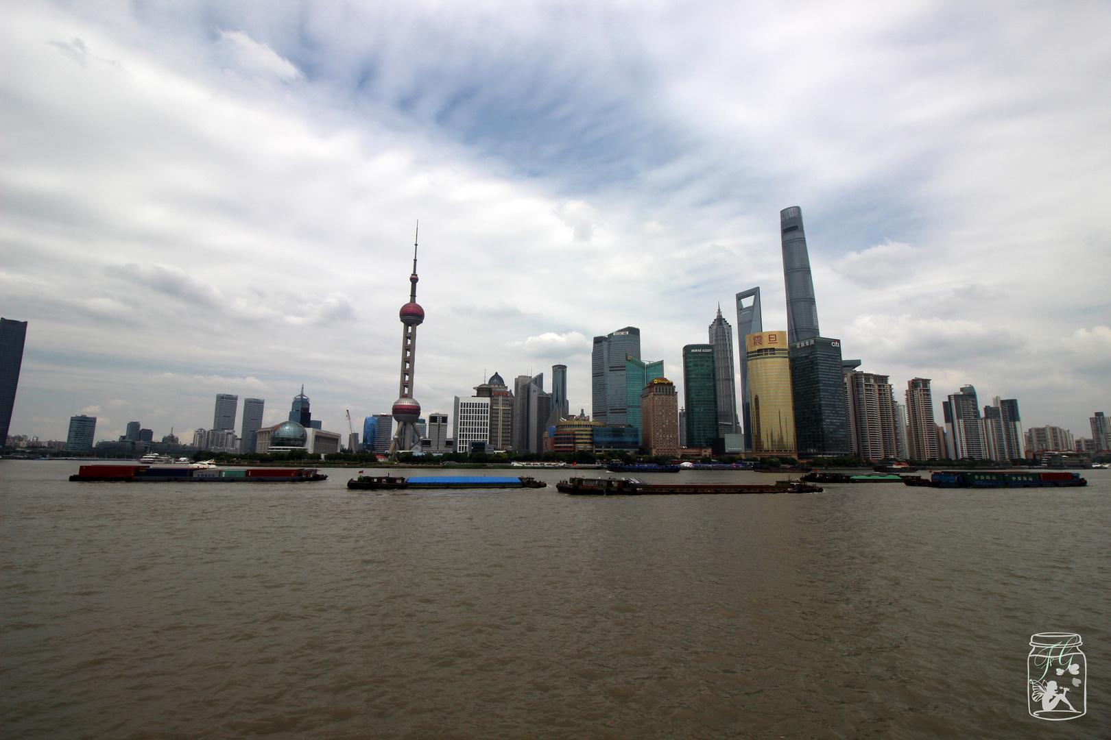 Pudong mit Wolken und blauem Himmel