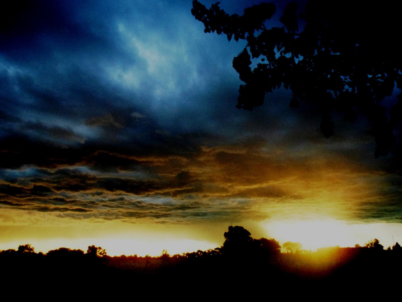 puesta del sol con tormenta