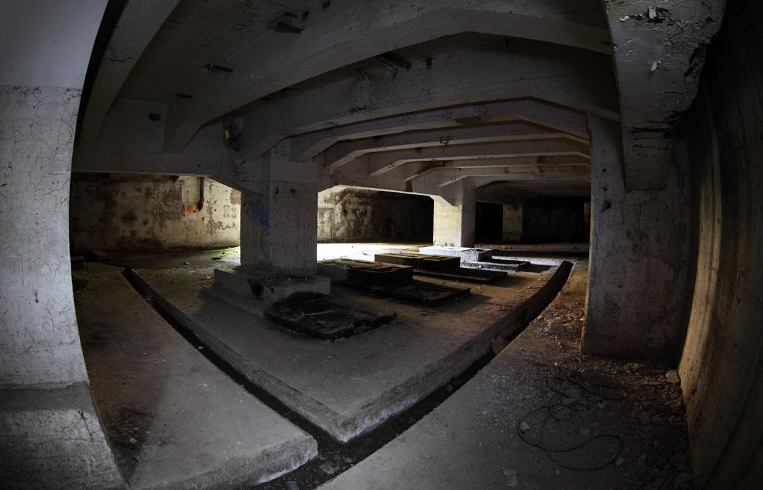 Pumpenpodeste im Keller eines maroden Gebäudes ...