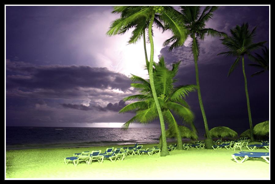 Punta Cana bei Nacht mit Gewitterfront