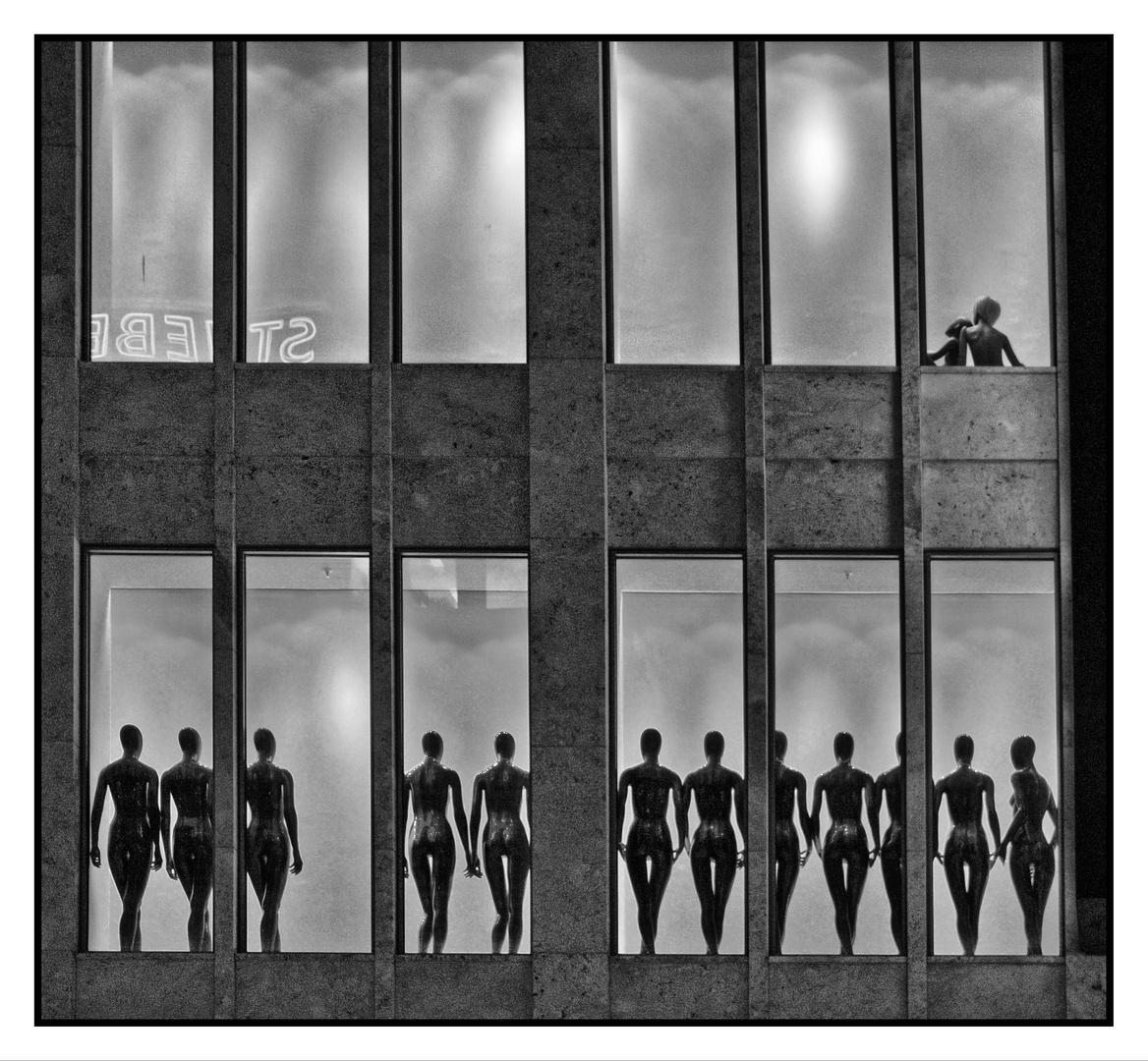 Puppen im Fenster
