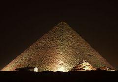 Pyramide bei Nacht