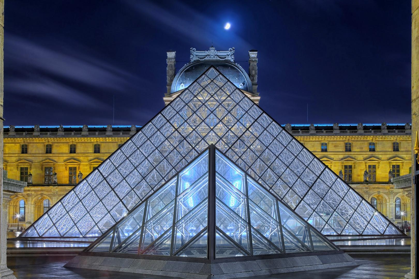 Pyramiden Louvre Paris beleuchtet