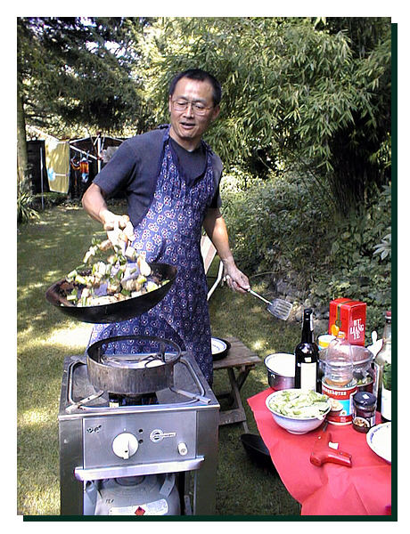 Qingwei beim Kochen. Sommer 1998 beim Besuchen von seinen Studenten