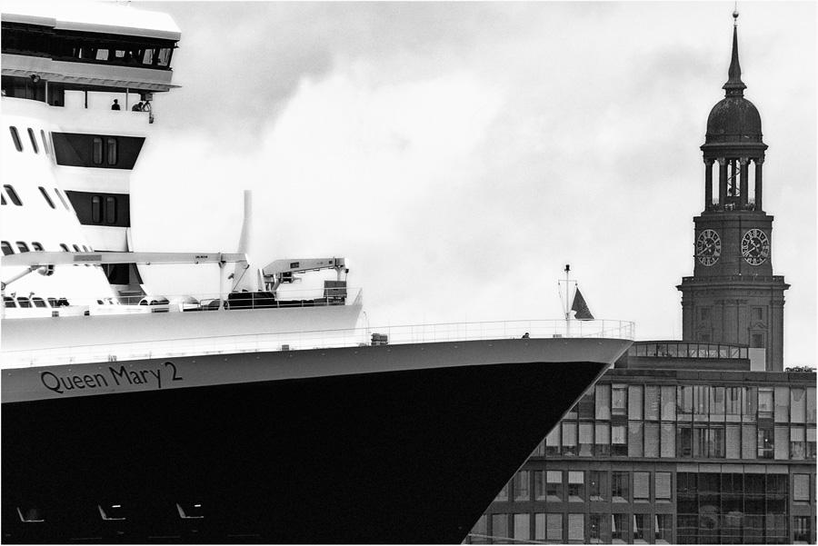 QM 2 in Hamburg ..