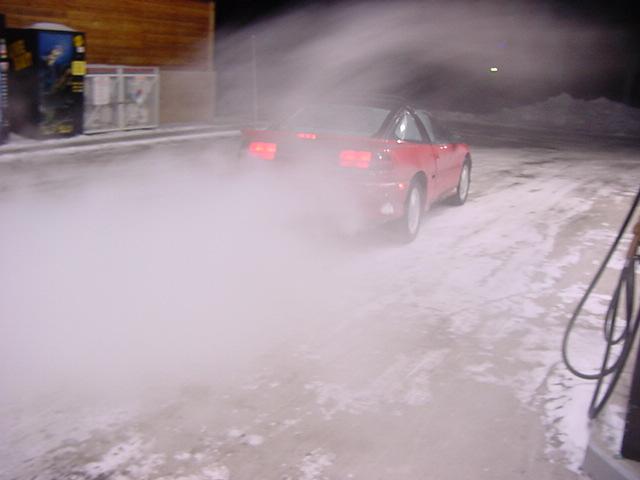 Qualmendes Auto in der Kälte