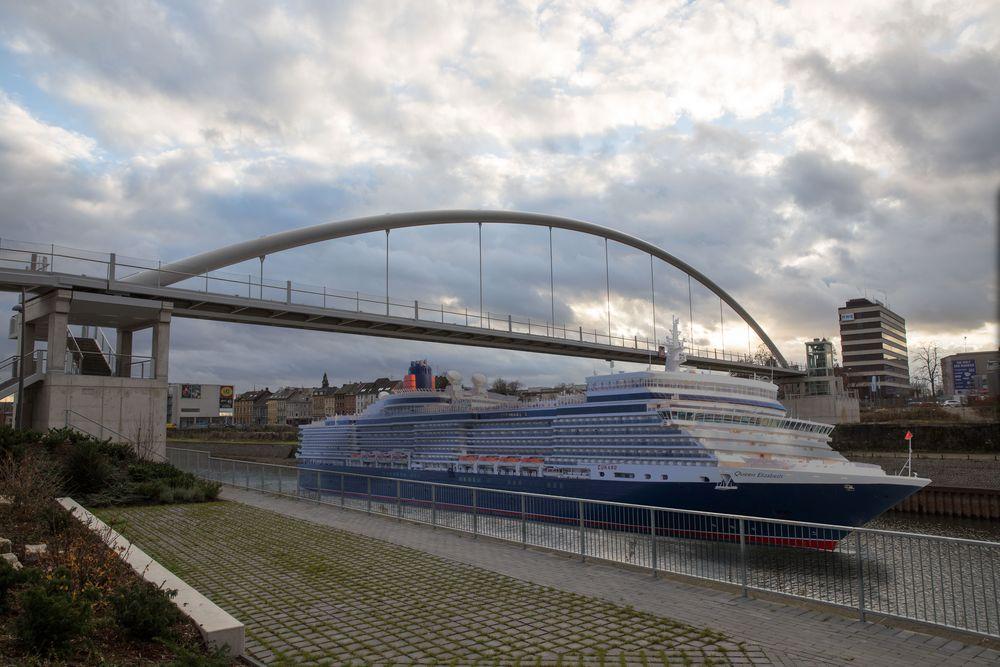 Queen Elisabeth im Neusser Hafen