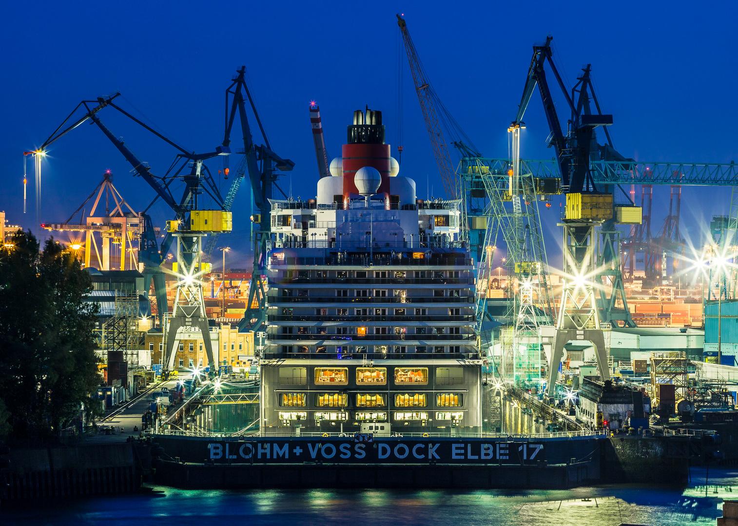 Queen Elizabeth in den Blohm&Voss Docks