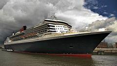 Queen Mary 2 am 15. Juli 2012 in HH