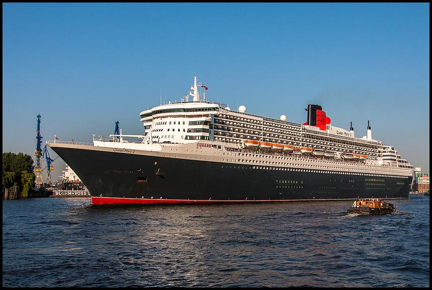 Queen Mary 2 vor den Landungsbrücken