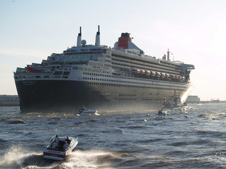 Queen Mary2 vor Finkenwerder auf der Elbe