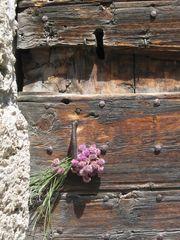..Quelques fleurs, laissées à la porte d'une chapelle de Hte-Montagne...
