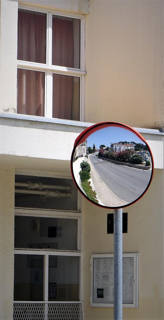Rab-Stadt : Blick mit dem Zahnarztspiegel auf die Straße zurück...
