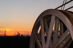Rad an einem Hochofen im Sonnenuntergang