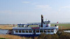 Raddampfer-Replik mit Mississippi-Flair am Darß-Bodden bei Zingst