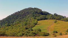 Radobyl der Berg mit dem Kreuz hoch über Leitmeritz in Böhmen