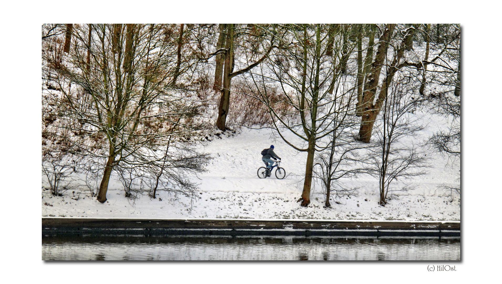 Radtour auf verschneiten Wegen