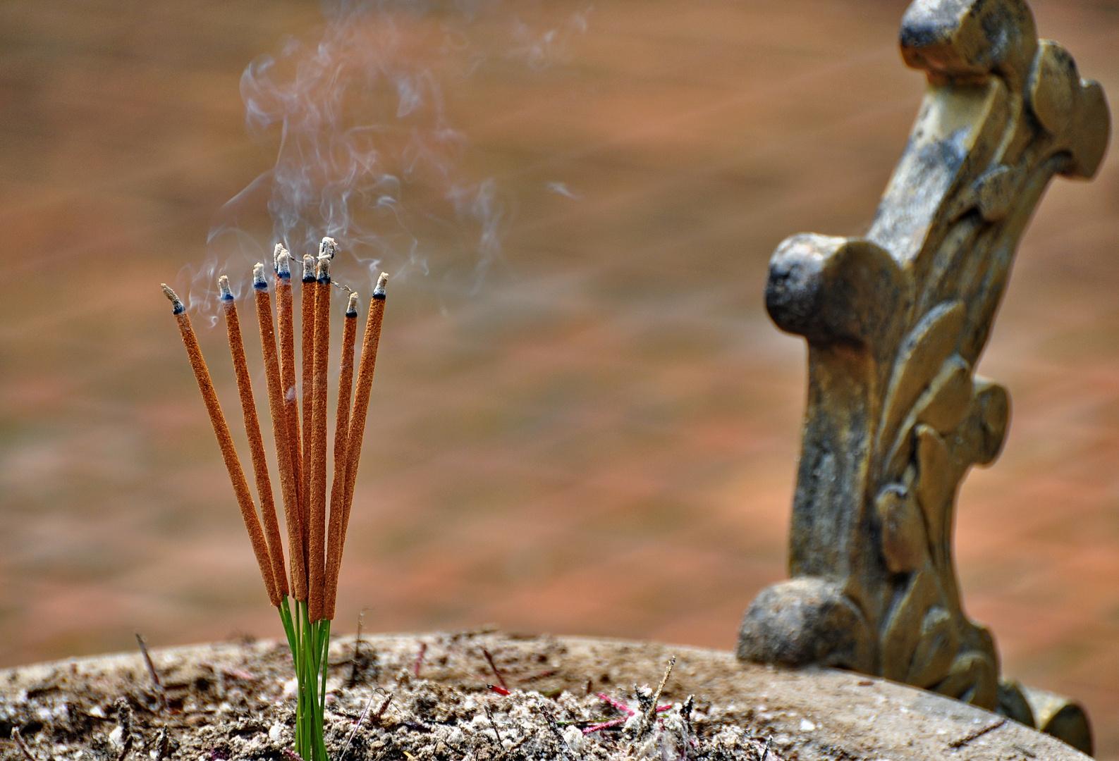 räucherstäbchen in der tien mu pagode