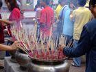 Räucherstäbchen in einem Tempel in Bangkok - Thailand, Bangkok