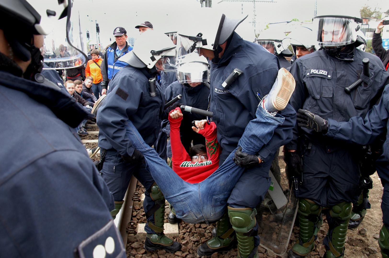 Räumung der Schienen durch die Polizei am Frankfurter Ostbahnhof