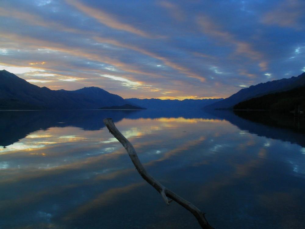 Rangées de nuages sur lac d'huile au petit matin....