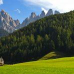 Ranuikirchl im Villnösstal - im Hintergrund die Geislergruppe in den Dolomiten