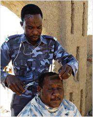 Rasur und Haarschnitt bei den Militärs...............