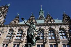 Rathaus-Fassade mit Brunnenfigur