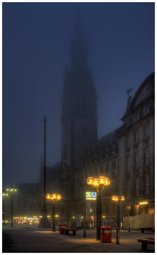 Rathaus im Nebel