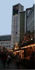 Rathaus in Stuttgart mit Weihnachtsmarkt.