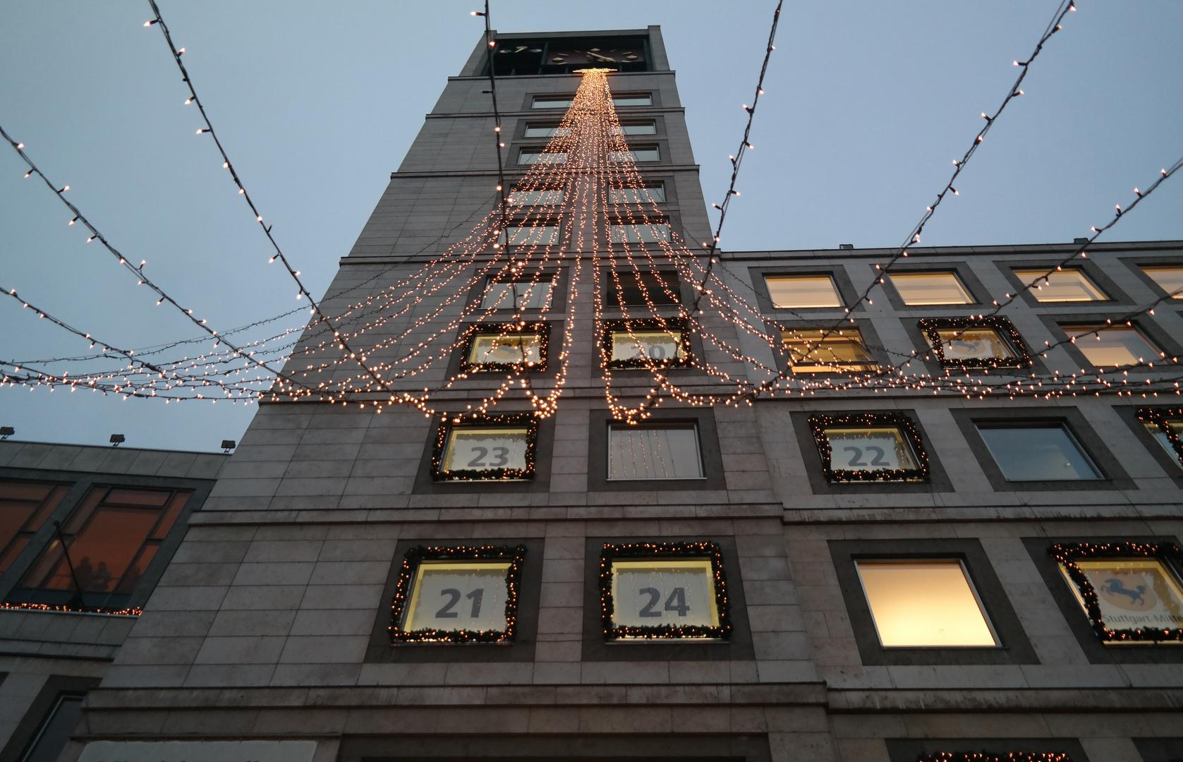 Rathaus in Stuttgart zum Weihnachtsmarkt geschmückt.