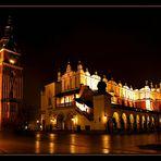 Rathausturm und die Tuchhallen auf dem Marktplatz in Krakau