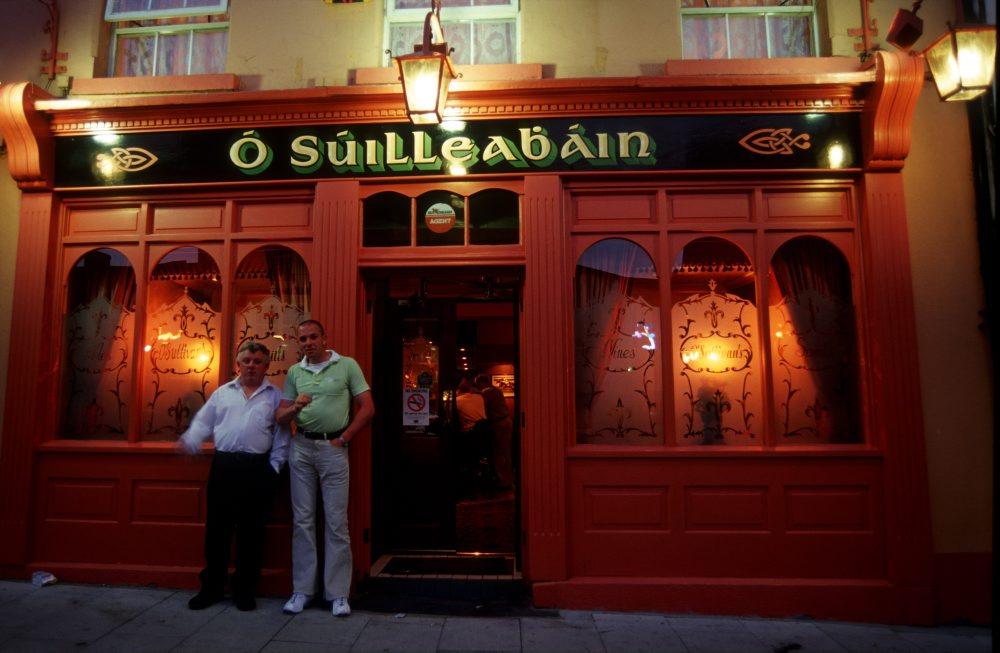 Raucher vor dem Pub, Cashel (Eire)