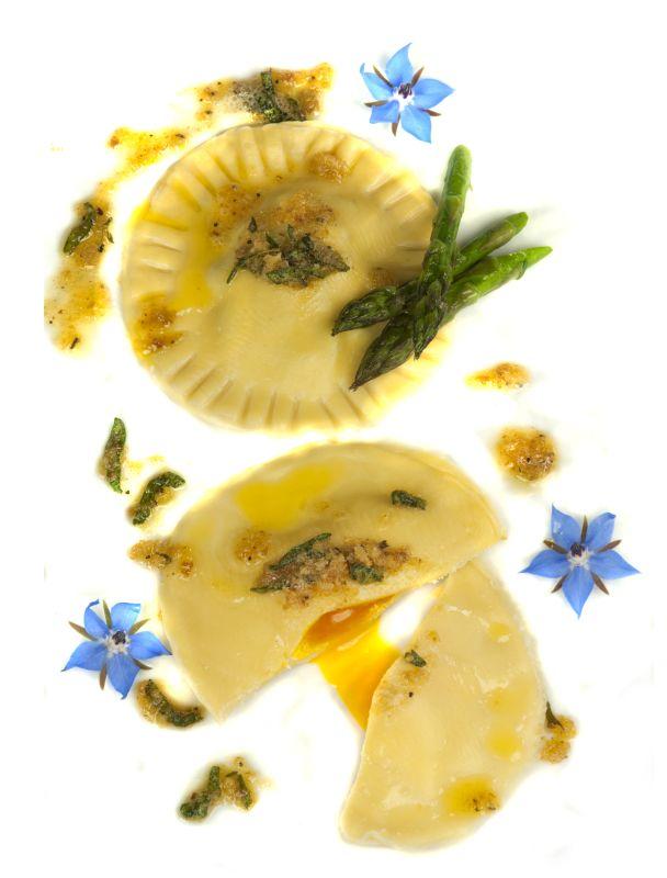 Ravioli mit Spargelfüllung und Eigelb
