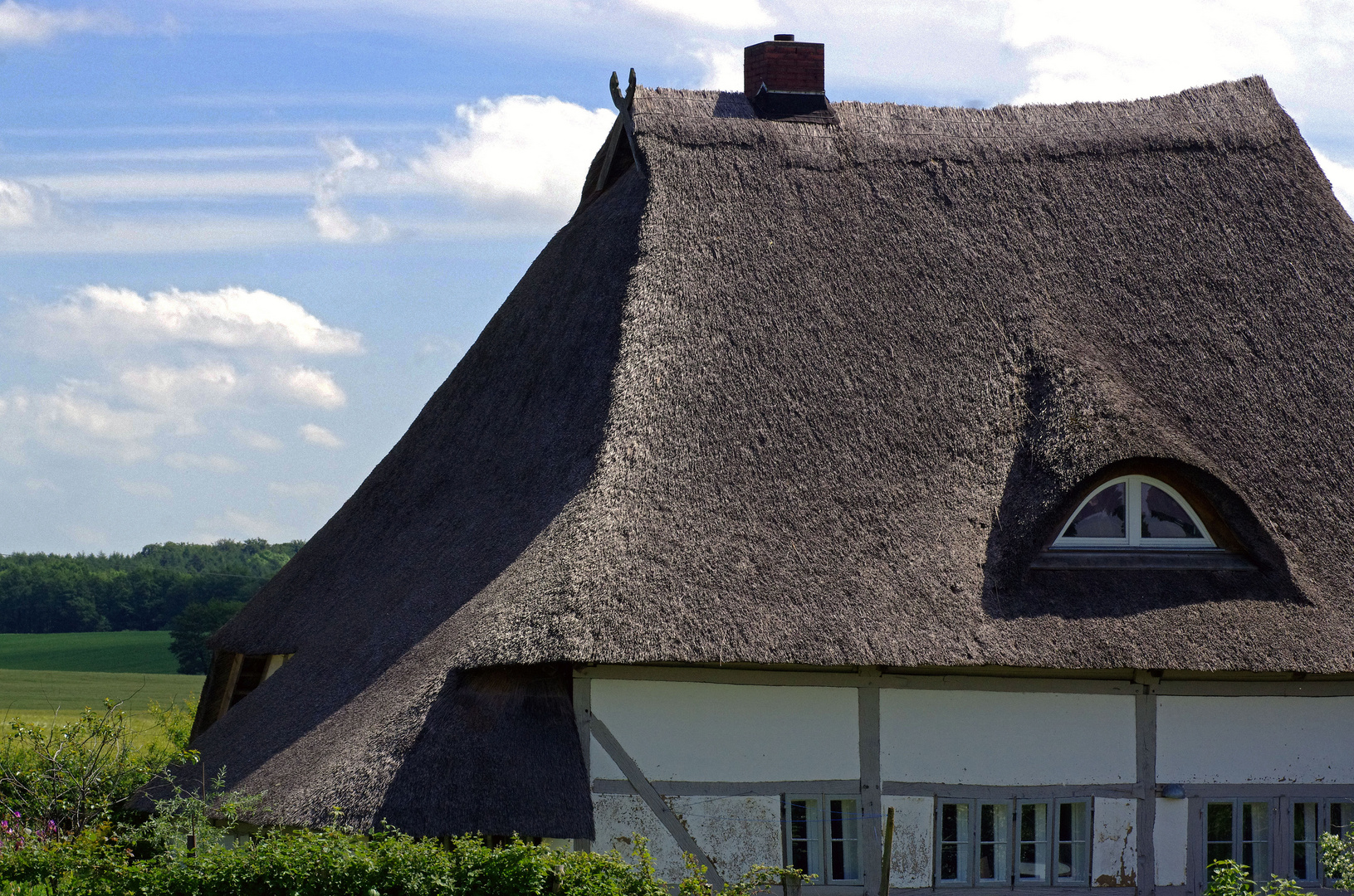 reetdach-haus-in-der-ortschaft-stresdorf
