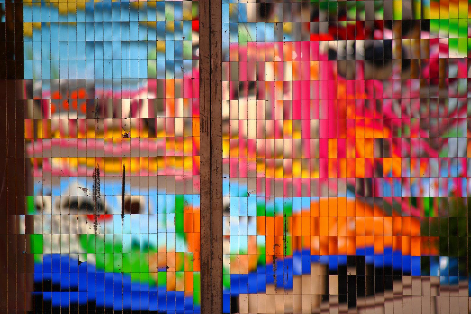 Reflet de couleurs sur un mur carrelé de miroirs
