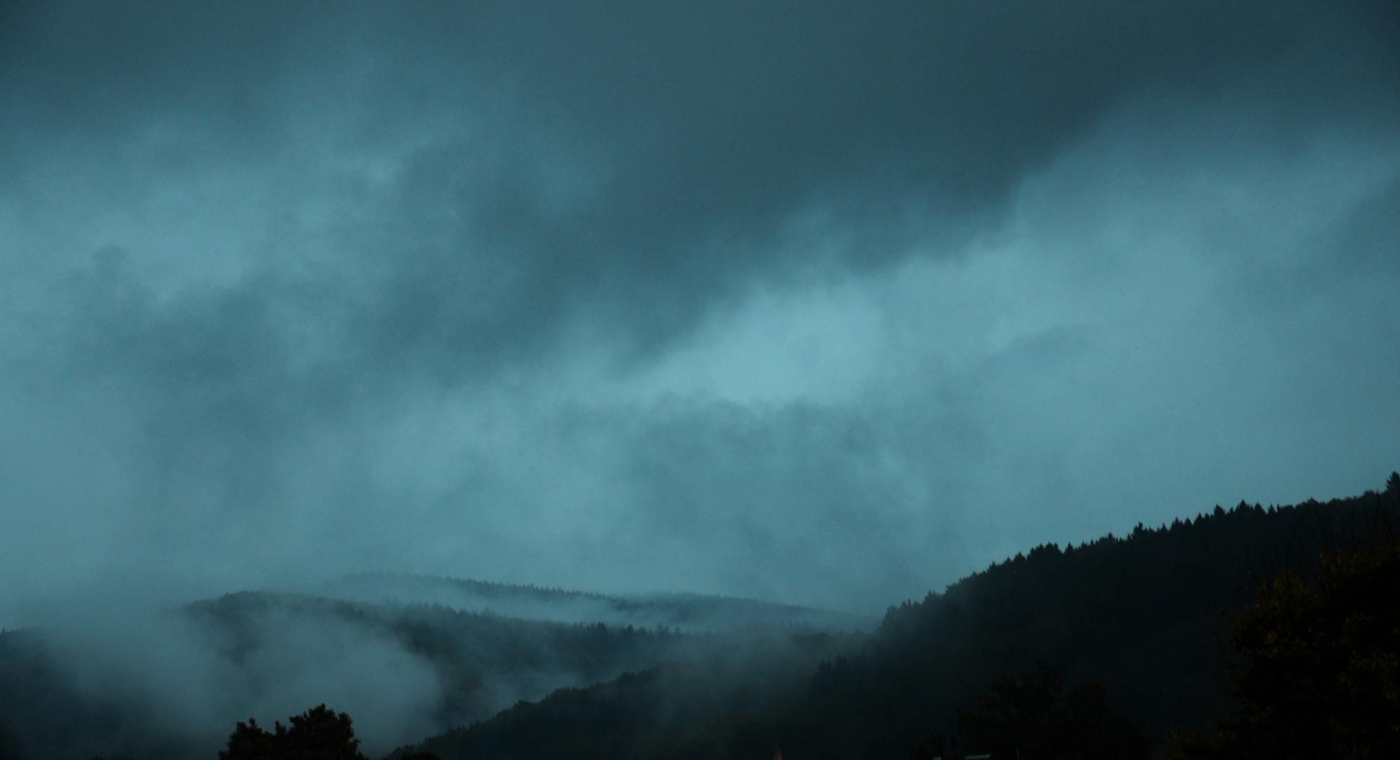 Regen auf die und Wolken aus den sauerländischen Wäldern