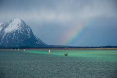 Regenbogen über dem Kanal bei RISØYHAMN