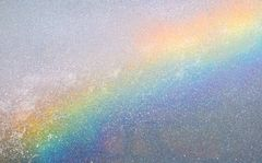 Regenbogenfarben auf einer Wasserwand (2018)