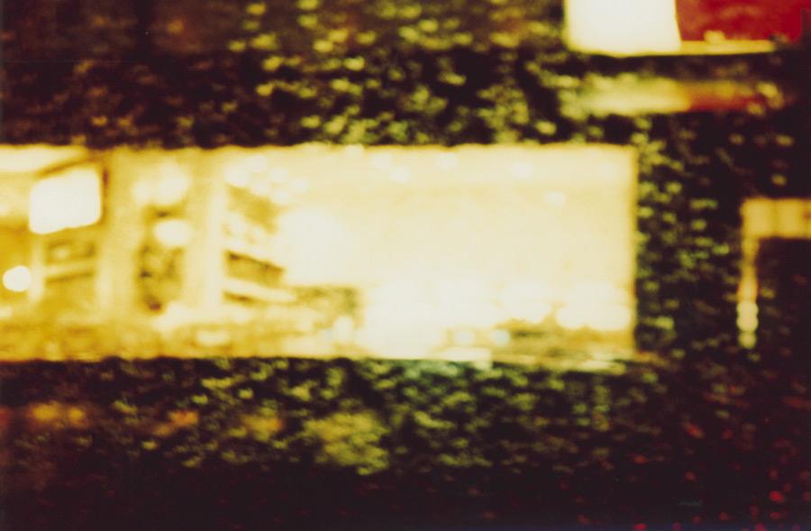 regenfahrt im auto durch die stadt bei nacht